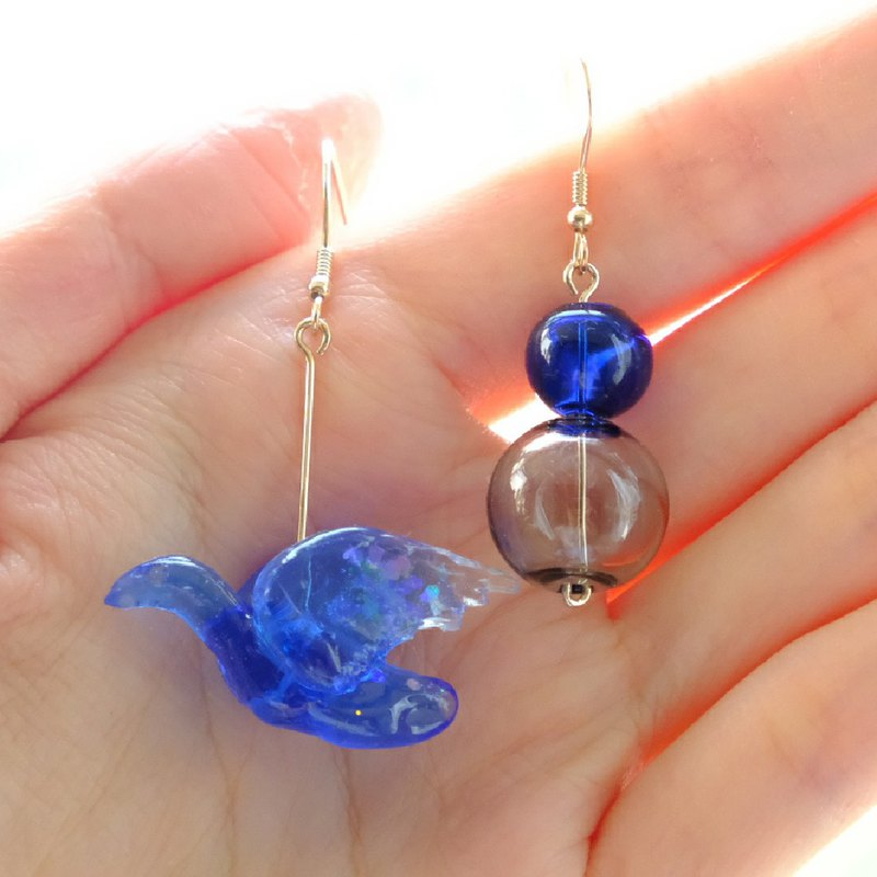 【雪が降る】 Snow Messenger Asymmetric Ear Rings by ETPLANT