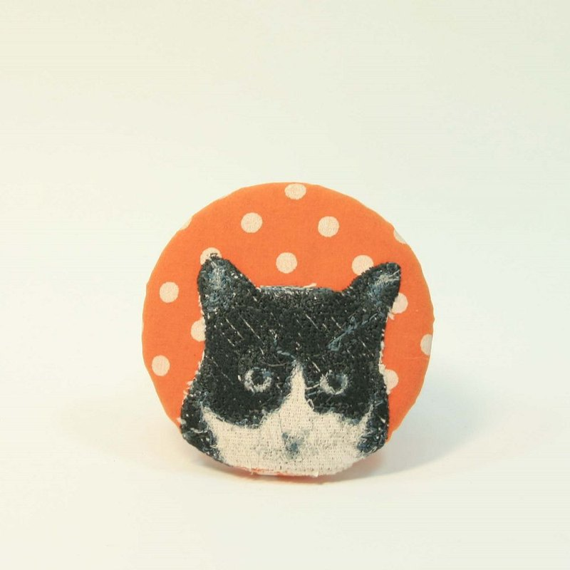 Embroidery pin 05 - black and white cat