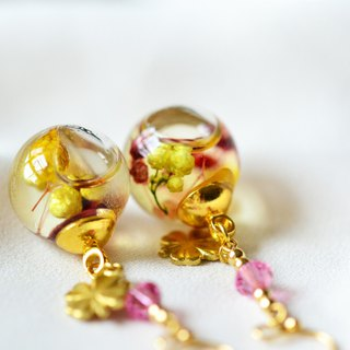 Yellow Day。Real Flower Flowing in Glass Globe Earrings