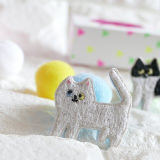 Embroidery brooch cat white cat
