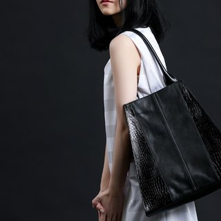 Trapezoidal personality cutting is extremely simple while carrying leather side backpack black