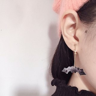 A pair of bat pumpkin wave point Earrings