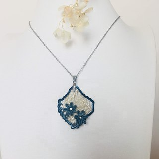 Necklace / Blue & white - oriental Aesthetics