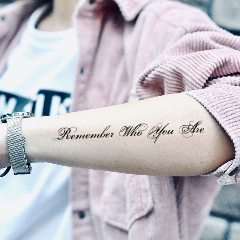 OhMyTat 記住你是誰 Remember Who You Are 刺青紋身貼紙 (2 張)