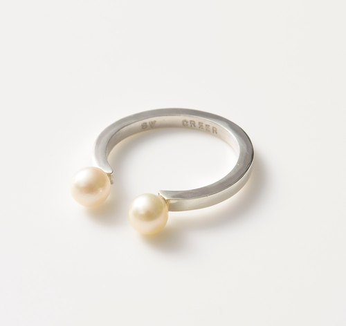 Pearl and circle ring