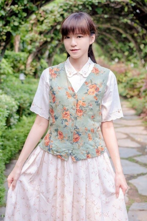 Vintage | romantic European style gold flower vest