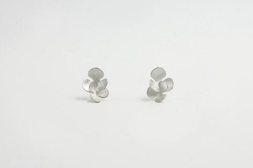 I-Shan13 | camellia petals earrings (small)