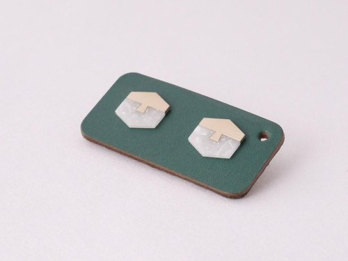 Off flat earrings K10YG Snow ice gloss