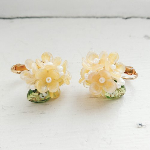 Momolico earrings golden sweet (sweet-scented osmanthus) (can be folder type)