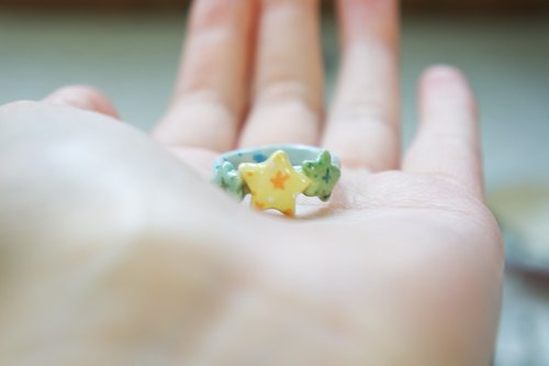 Green shining star cluster ceramic ring ring [limited goods]