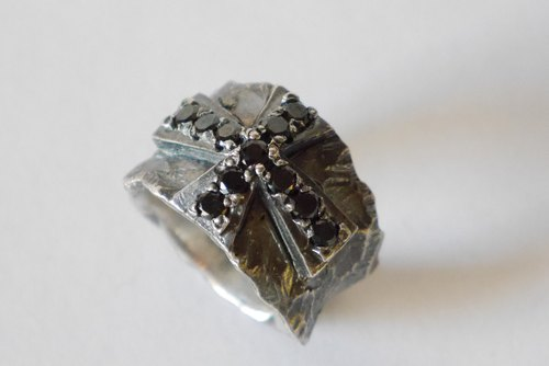 ★ resale ★ Rock Star ★ antique cross ring