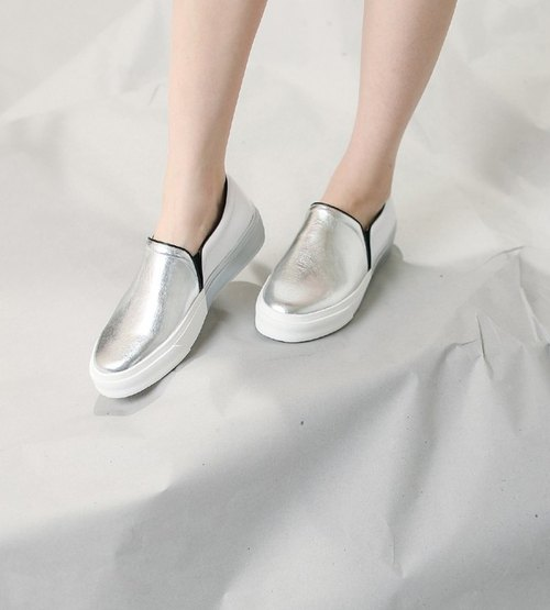 Special section of the color structure of the bottom of the leather casual shoes silver white