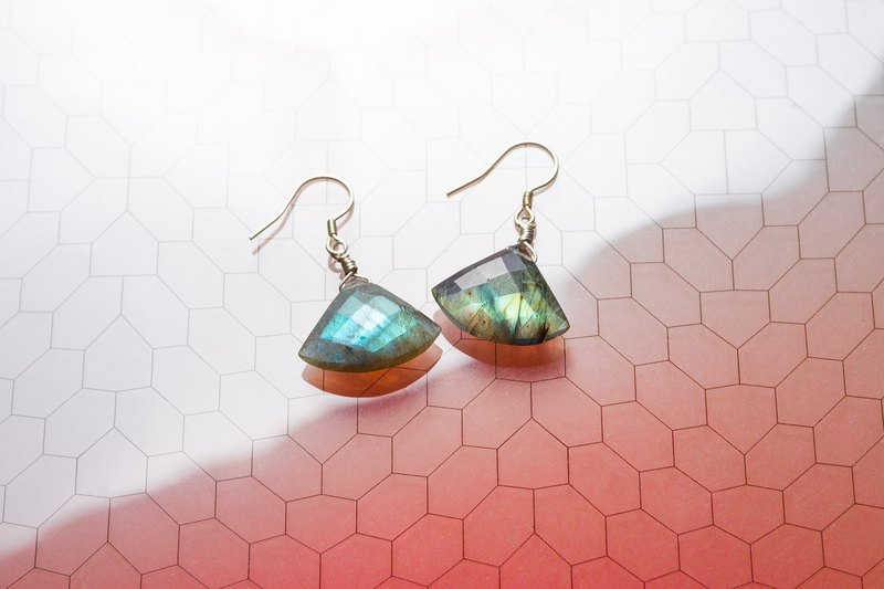 [Misty footsteps] Fan-shaped cut-angle labradorite earrings