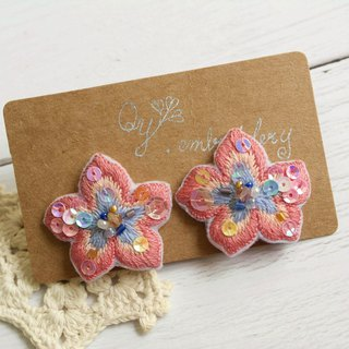 Qy ' s  hand embroidered flower-shaped earring  orange pink and blue