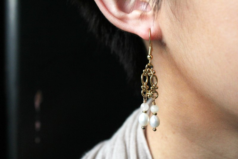 【JUNE 6-birthstone- Moonstone】design hanging earring (customizable clip-on)