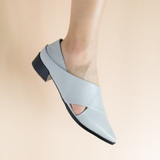 Gray leather pointed shoes