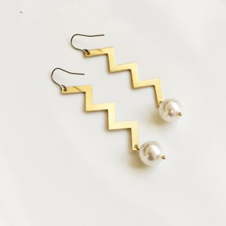 Heartbeat moment pearl brass earrings