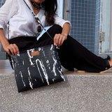 Clutch bag in black.