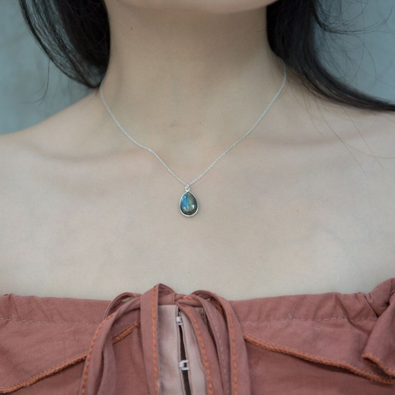 Top glazed lengthened clavicle chain