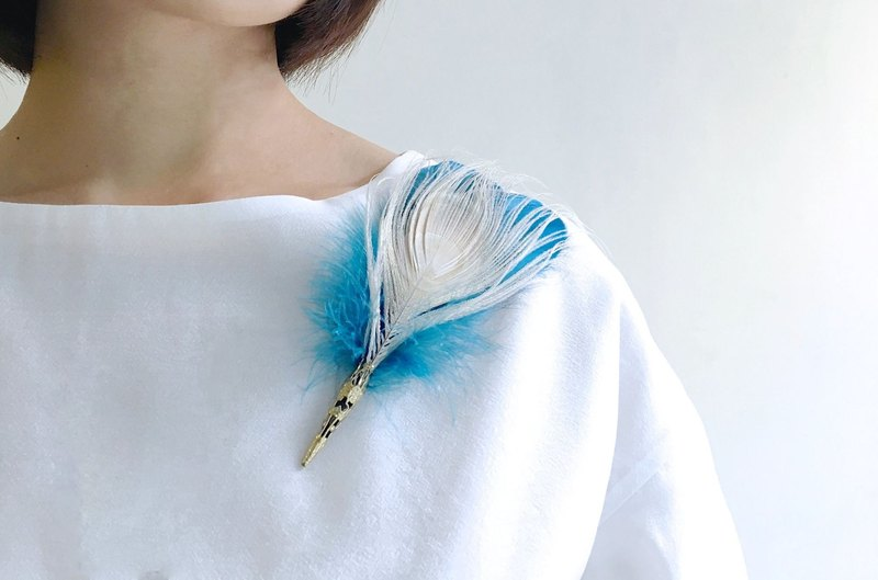 Portobello Market Treasure Hunt - Vintage Blue Lined White Peacock Feather Breastbelt Needle Multipurpose