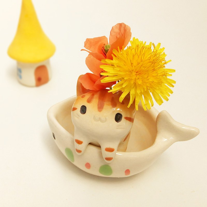 Single-flower vase of cat shape in a fish bowl with glaze G1 tabby cat figurine