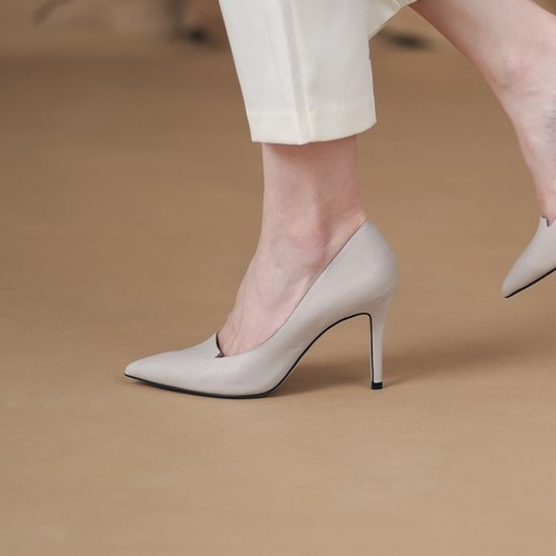 Minimalist small V fork tip leather fine high heels apricot