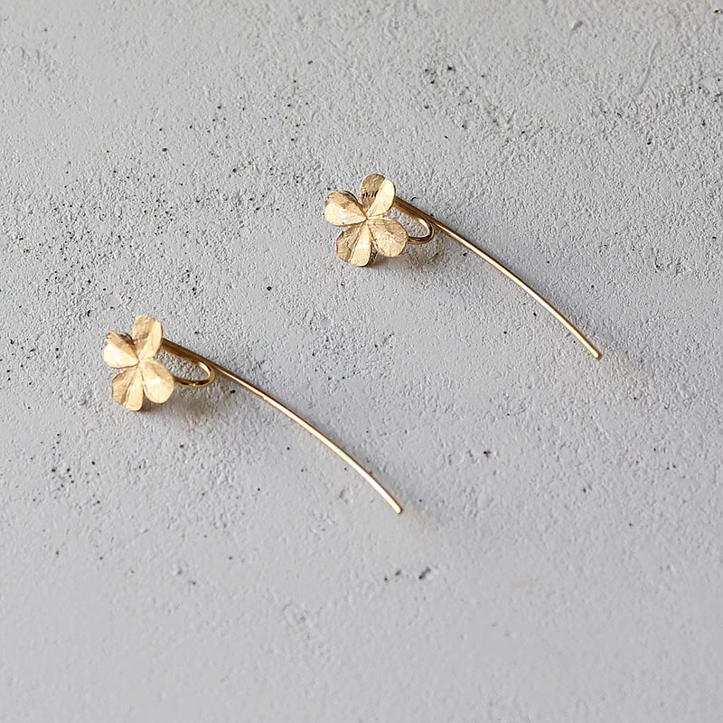 Clover ear clip-gold color
