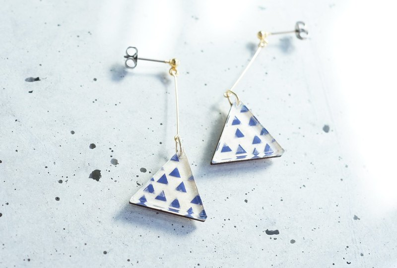 Swing San Kaku tsubutsubu earrings / NAVY