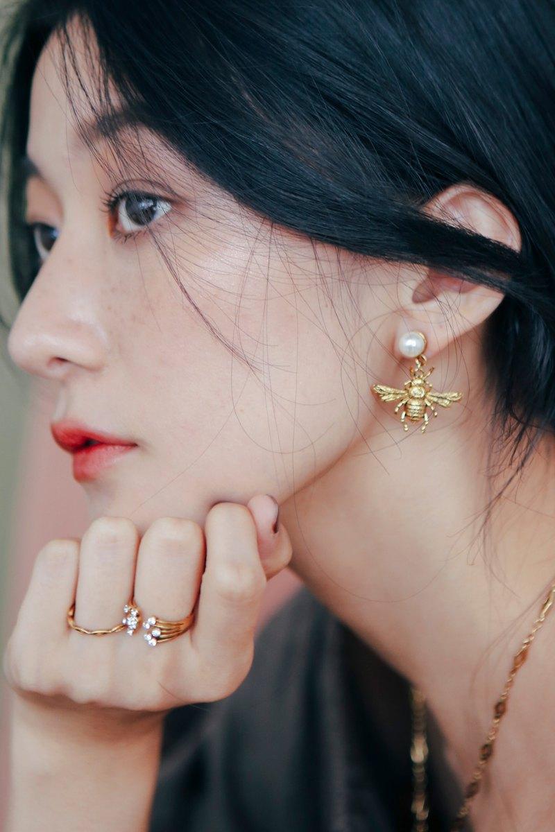 COR-DATE / 垂吊珍珠小蜜蜂耳環