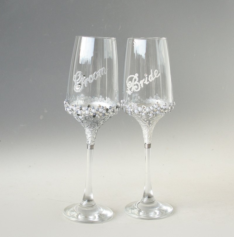 Bride and Groom Champagne / Wine Glasses Wedding Mr & Mrs Hand Paintedm set of 2