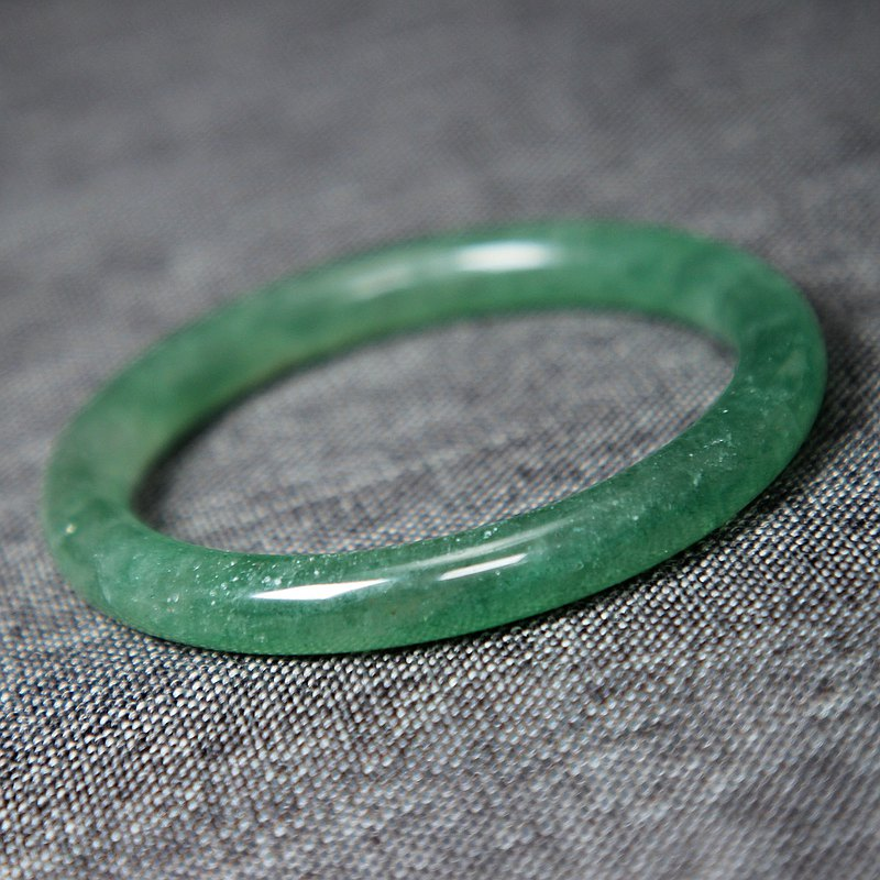 綠草莓晶手鐲58MM冰透星光綠色水晶圓條女手環旺人緣水潤清新自然