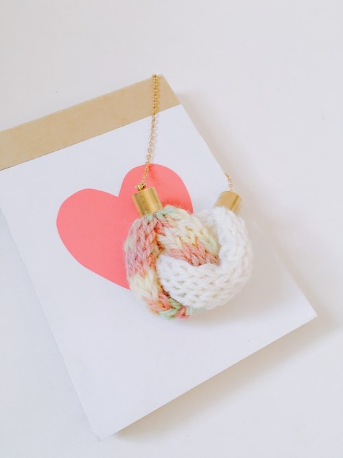 Knitted Knot Heart Necklace - Rosa
