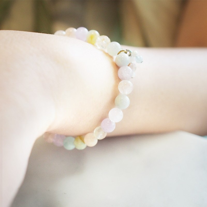 來自Niyome工藝的粉彩幸運石手鍊。