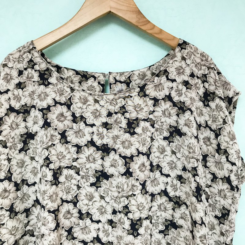 Top / Dark Blue Sleeveless Floral Top