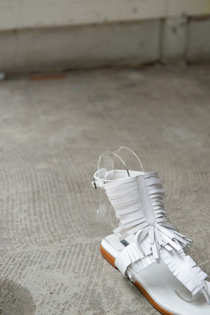 [Show products clear] multi-level three-dimensional fringed open toe sandals white