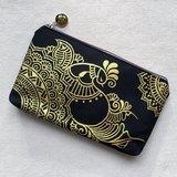 手繪收納包 鉛筆袋 化妝包 收納袋 拉鍊 筆盒 錢包 手機袋 筆袋 零錢包 銀 黑色 Henna Mandala 設計 彩繪 漢娜 蔓蒂 曼陀羅 禪繞 民族 印度彩繪 帆布