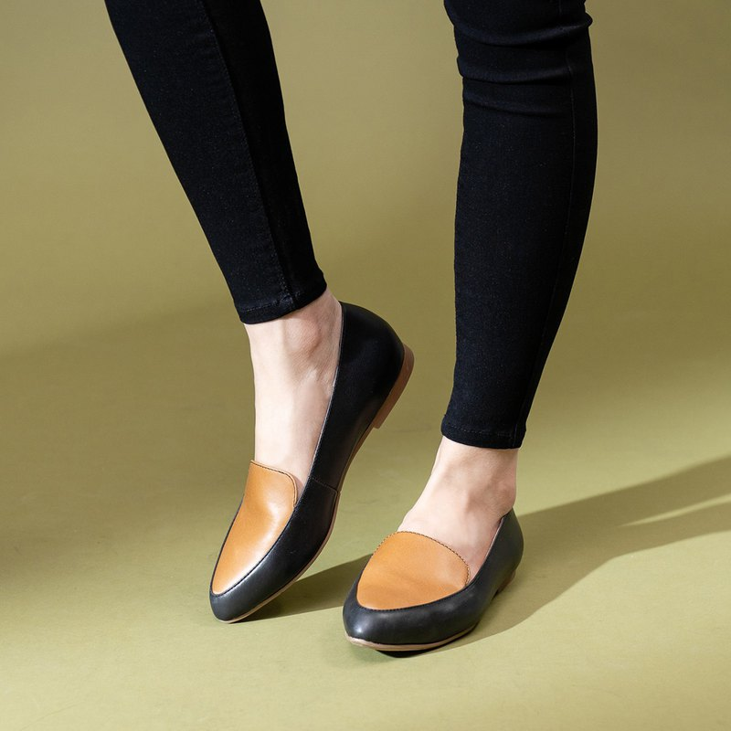 Two girls hit color pointed shoes - Gemini