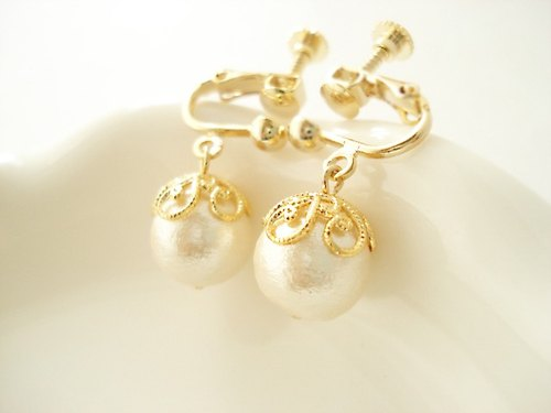 Cotton pearl with flower-shaped caps, clip on earrings 夾式
