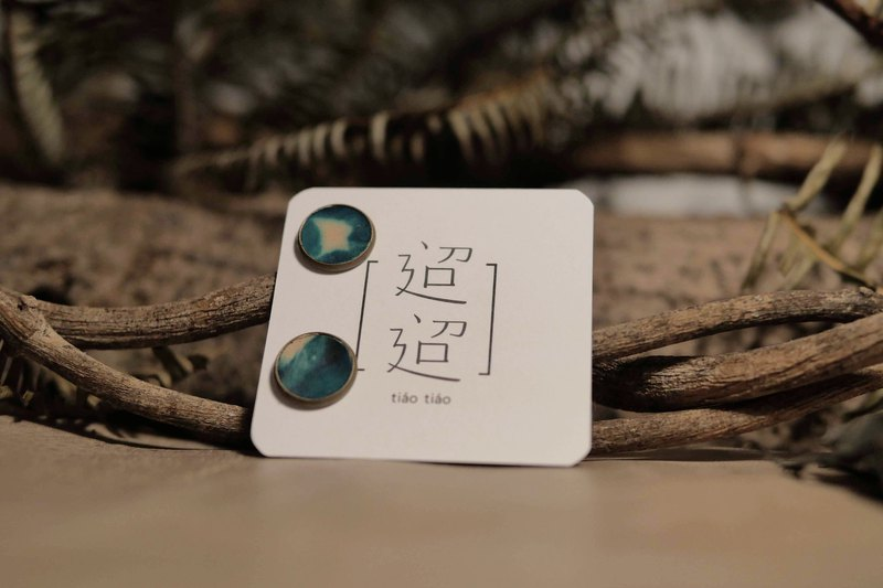 迢迢tiaotiao - Skull earrings with round earrings Sky render blue - Handmade Leather / Limited Edition / Blue Stain / Rendering / Sky / Clouds / Earrings / Drapes / Accessories