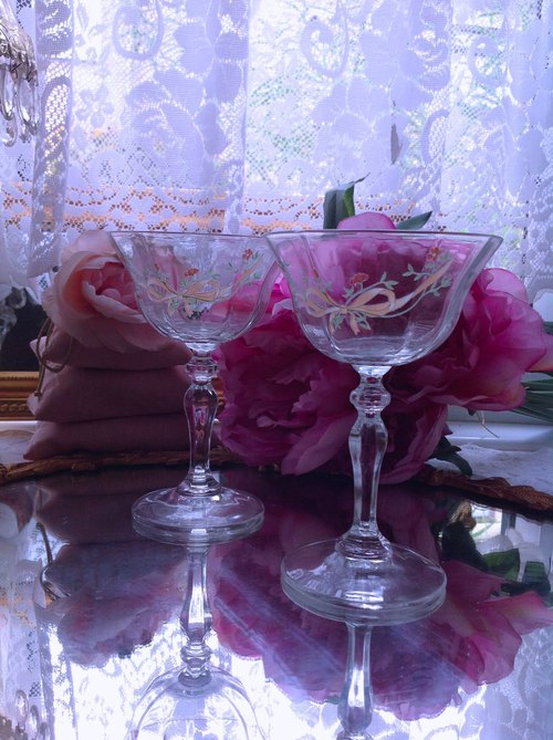 Anne crazy antiquities French hand-cut crystal carved 1960's bow red and white wine juice cups dessert cups champagne glasses a pair of gifted gift shop