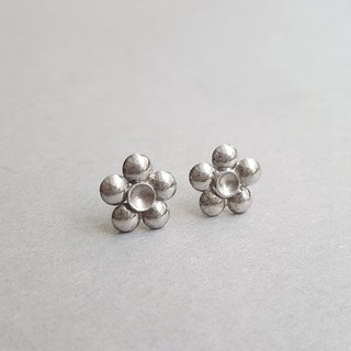 Cut flower series polka dot flower / silver earring / ear pin