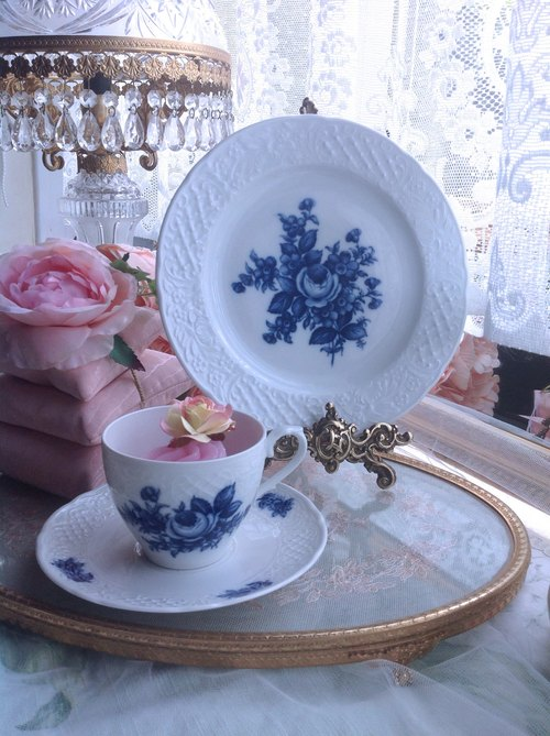 ♥ Anne ♥ 1950 Antiquities crazy Germany made hand-painted cobalt blue with a three-dimensional relief rose flower teacup two groups - Classic Rose cobalt blue totem ~