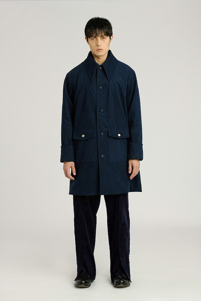 Long coat with collar structure