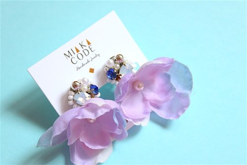 Christmas. Handmade beaded Swarovski crystal flower (purple-blue gradient) ear acupuncture / clip earrings