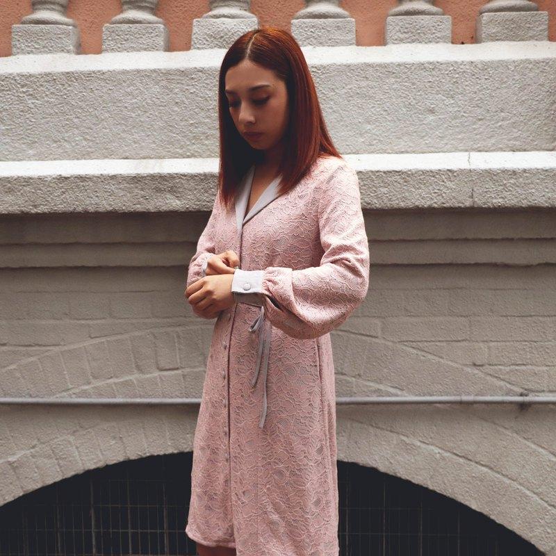 淡粉紅色蕾丝併淺藍懸垂布連衣裙 出差輕便 連身裙 洋裝