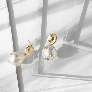 Miss Queeny original | Cardamom picks stars for your natural Baroque shaped pearl earrings