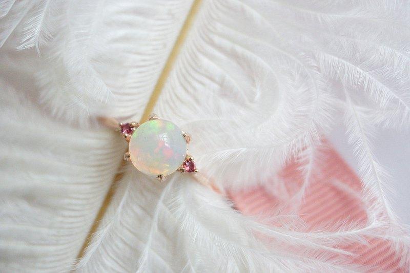 真正的彩虹蛋白石戒指,側面有流紋岩。真正的銀色錶殼