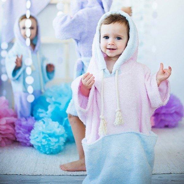 粉色和藍色浴袍和罩和口袋裡的孩子