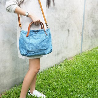 Indigo canvas shoulder bag with linked leather strap