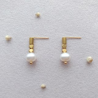 E001 beautiful you - brass pearl earrings